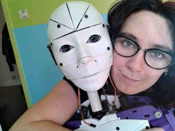 Woman reveals she has fallen in love with a ROBOT 1