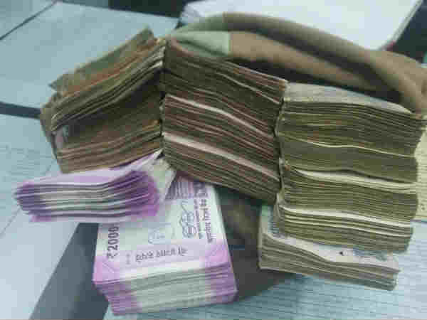 agra police caught 2 businessmen with 10 lakh note