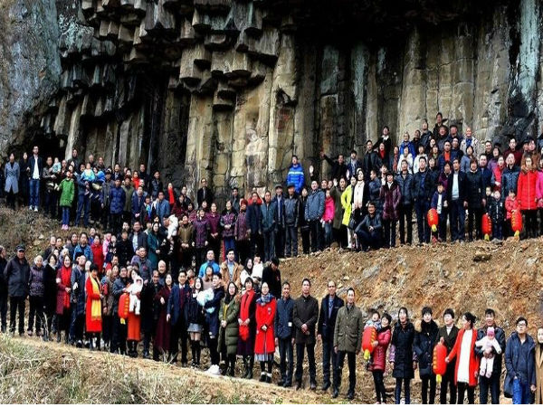 OMG! 500 family members come together to fit into one photo