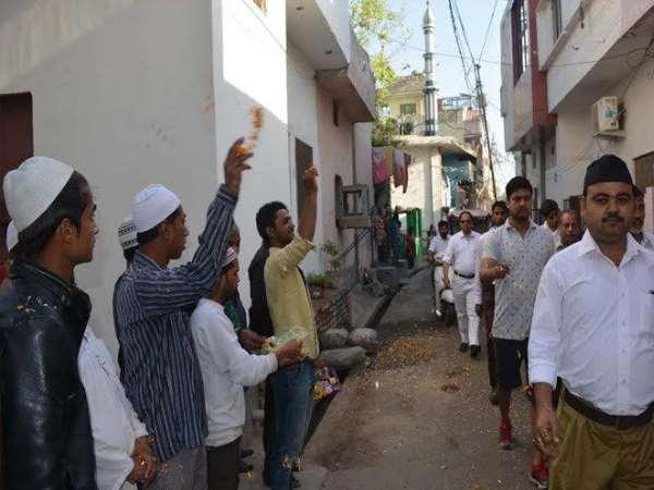 Image result for RSS कार्यकर्ताओं पर मुस्लिम लोगों ने बरसाए फूल