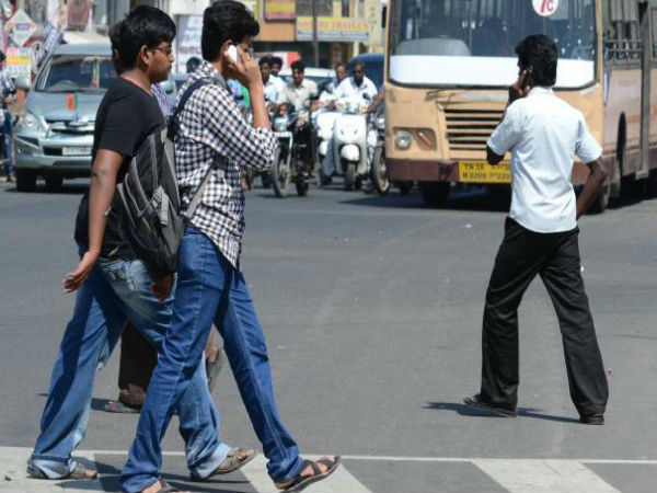 Shocking video: Must watch if you are using mobile phone while walking on road