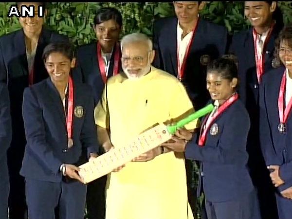 महिला क्रिकेट टीम से मिले PM मोदी, बैट किया भेंट