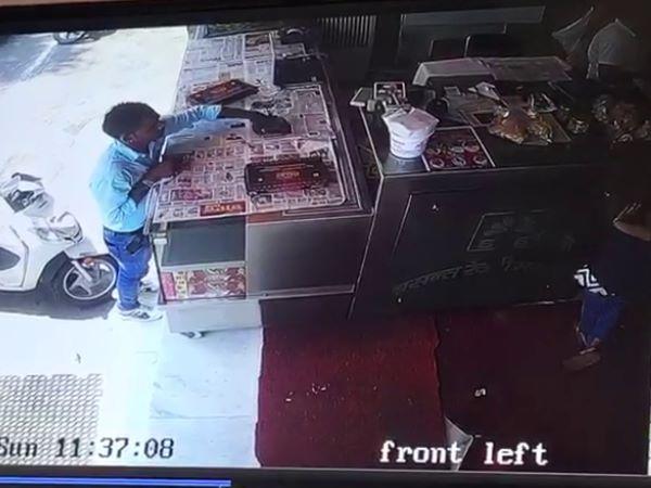 <strong>Read more: VIDEO: चालाकी देखिए चोर की...करते-करते आखिर उड़ा लिया मोबाइल</strong>