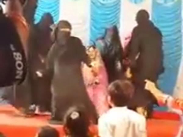 <strong>Read more: VIDEO: 'तीन तलाक' पर सुप्रिम कोर्ट के फैसले के बाद मुस्लिम महिलाओं का डांस देखिए</strong>
