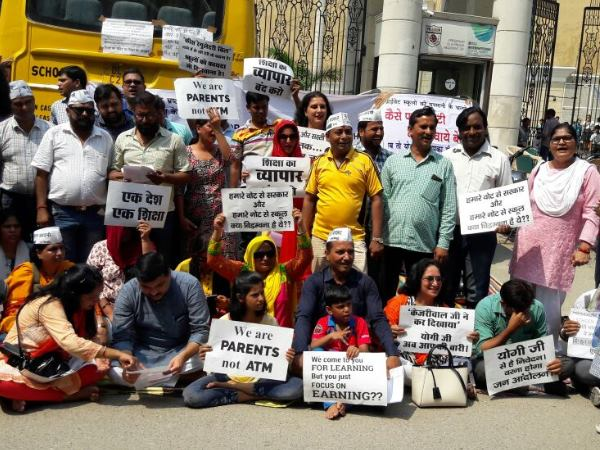 uttar pradesh parents protests againest Fee hike in Ghaziabad