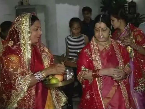 Delhi: #KarvaChauth celebrated at the residence of EAM Sushma Swaraj