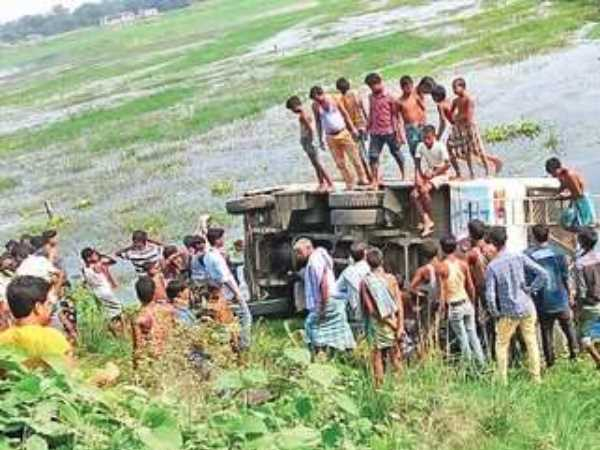 A bus overturned in ditch in katihar, Bihar, many injured