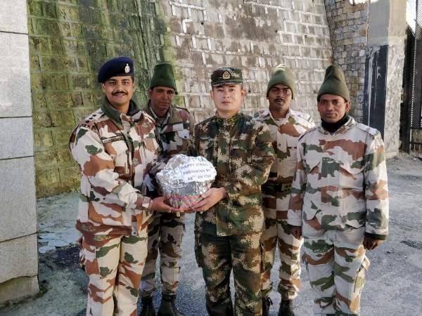 दिवाली पर चीनी सेना को भारतीय जवानों ने खिलाई मिठाई