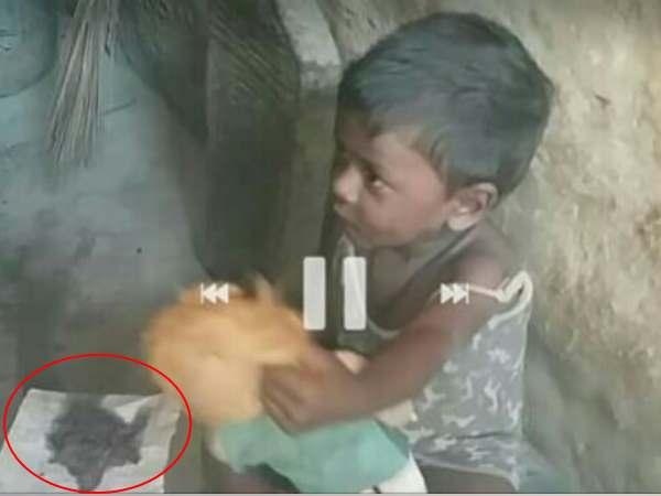 झारखंड: चूल्हे की राख खिलाकर बच्चे की भूख मिटा रही गरीब बेबस मां, देखिए