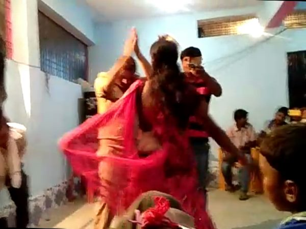 Drunk Policeman suspend for Dance with nachaniya in Bihar