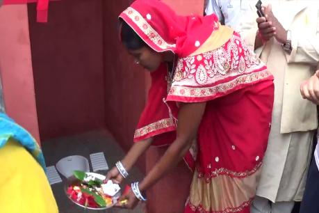महिलाओं ने चंदन टीका लगाकर शौचालय की उतारी आरती, फिर दिया 'इज्जत घर' नाम