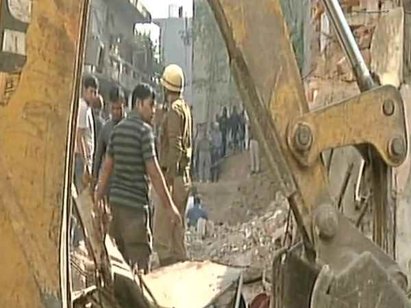 delhi 2 dead in building collapses incident in Taimur Nagar