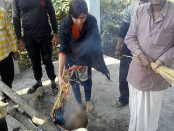 Son not reached on father's death, daughters untraditionally do funeral in Bihar