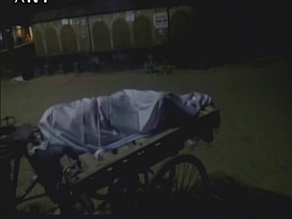 Odisha: Body of an old woman carried in a thela gadi in Baripada