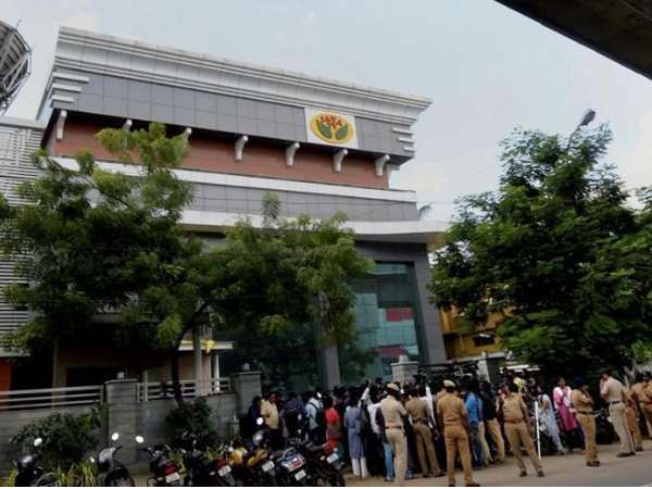 IT raids on Jaya TV and Sasikala aides Over Rs 1,400 cr recovered