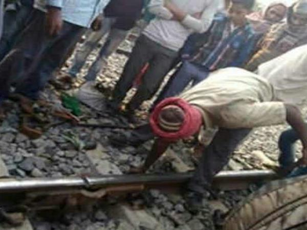 gaya fourty gangmen jumped into river seeing suddenly arriving train during track work