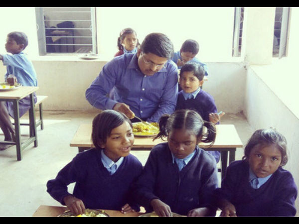 IAS Officer eating Mid day meal with his daughter in Government school, picture goes viral