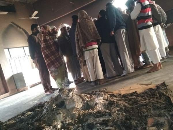 <strong>Read more:मस्जिद में धार्मिक ग्रंथ फाड़कर किया आग के हवाले, घटना से हड़कंप</strong>