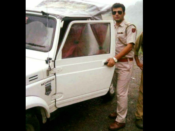 Sub Inspector Of J&K Police Imposed Fine On Himself After Hitting A Parked Vehicle