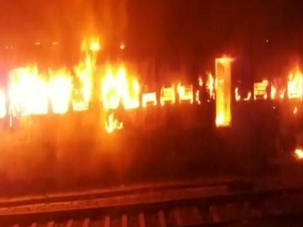 बिहार: पटना-मोकामा पैसेंजर ट्रेन में लगी भीषण आग, चार बोगियां जलकर खाक
