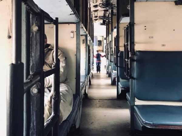 दिल्ली से ट्रेन में बैठी 19 साल की लड़की से स्लीपर बोगी में हुआ गैंगरेप, सदमे में खाया जहर