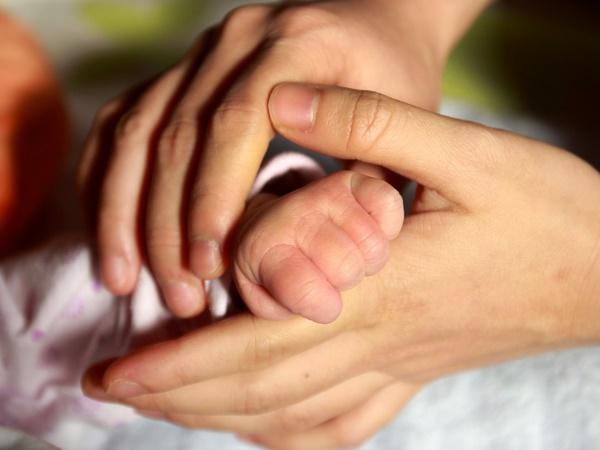 बेटे की मौत के बाद उसके वीर्य से दादा-दादी बना कपल, सेरोगेसी से पैदा हुए जुड़वा पोते
