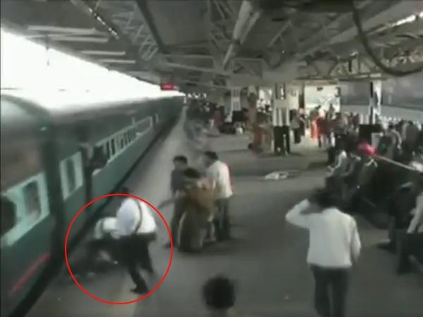 VIDEO: चलती ट्रेन से गिरा युवक, टीटी ने ऐसे बचाई उसकी जान