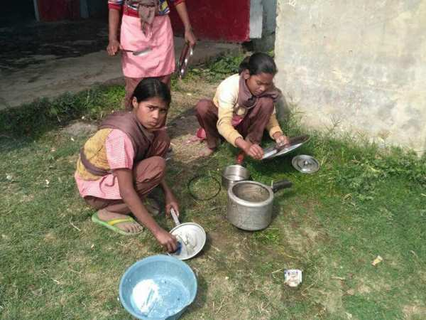 student washed pottery in school on teachers order in balrampur