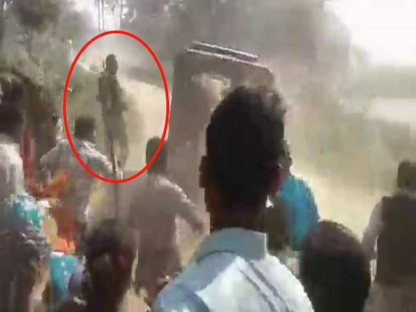 Women and men beat up the policemen in Balrampur