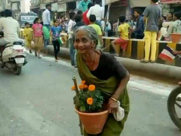 Loot of flower pots in Varanasi after visit of PM Modi and President Macron