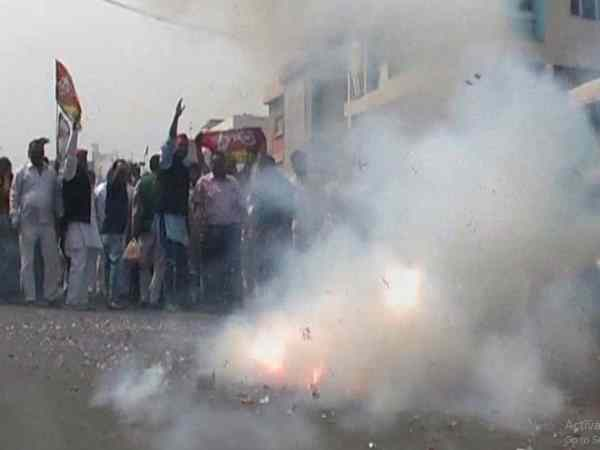 Fireworks of workers in Kanpur on the rise of SP in Gorakhpur-Fulpur bye election