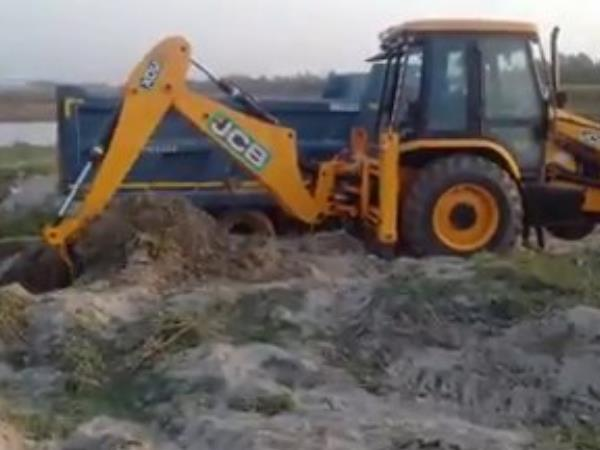 Video of illegal sand mining by showing pistol in Moradabad