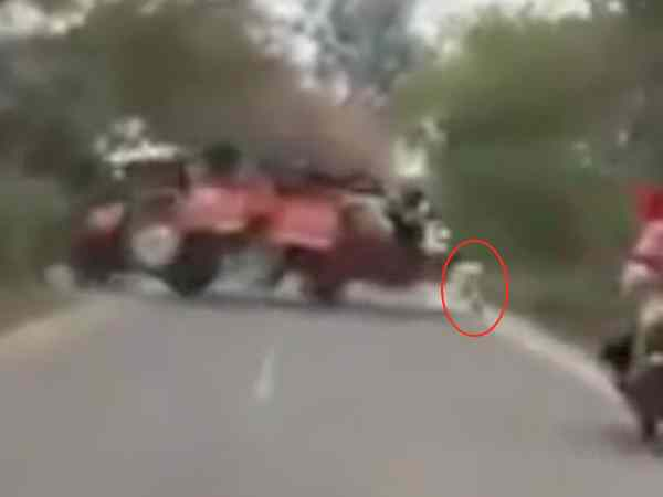 tractor trolly disbalance on road accident in moradabad