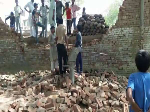 bagpat wall collapsed on students drinking water