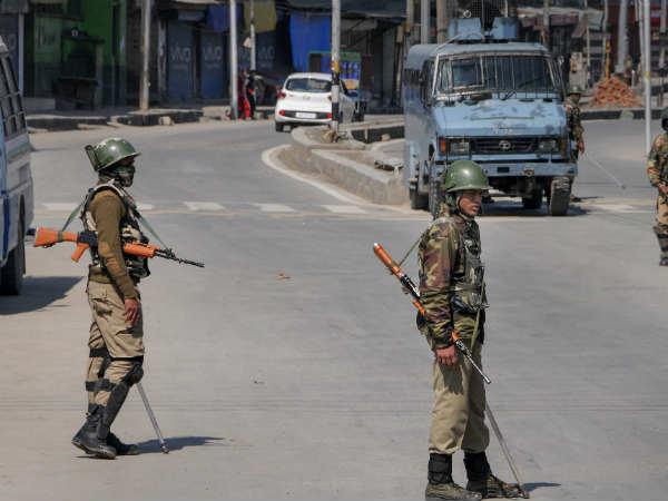 अनंतनाग एनकाउंटर: श्रीनगर में आतंकी के लिए उमड़ा लोगों का हुजूम, स्कूल कॉलेज बंद, इंटरनेट की स्पीड भी की गई कम