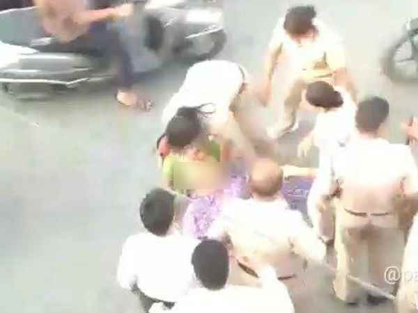 Women police beat elderly woman