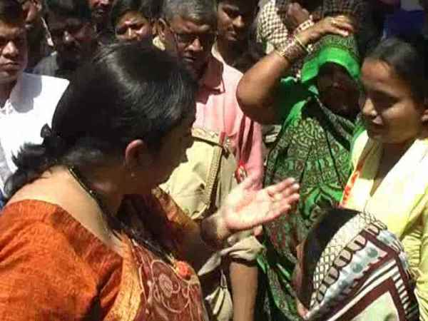 Dalits daughter told Smriti Irani big problem in Amethi