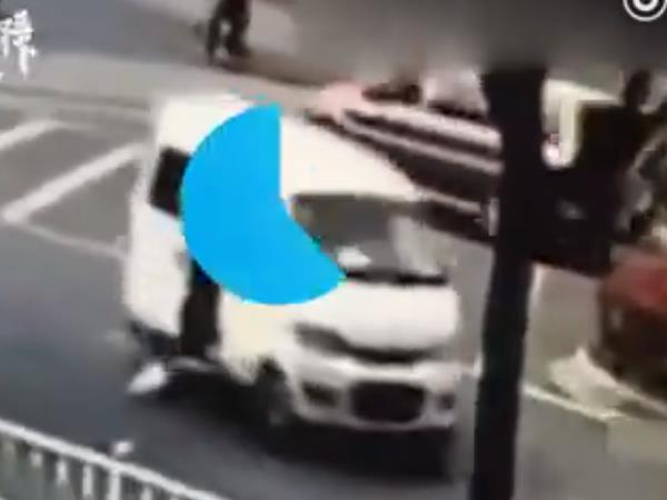 VIDEO 10 month old baby falls out moving car