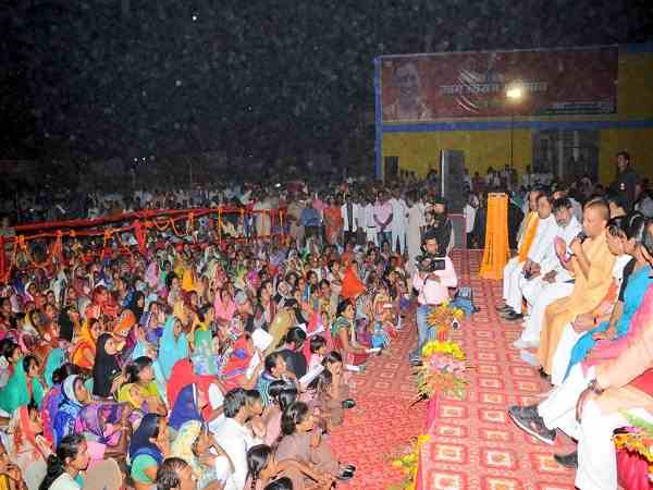 cm yogi adityanath chaupal in pratapgarh scolding officers over carelessness