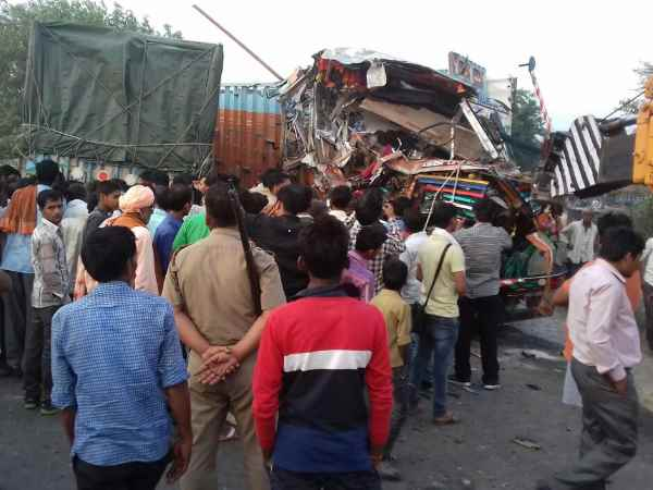 Two killed in road accident in Farrukhabad