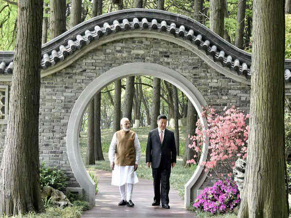 modi-jinping-eas-lake-walk-100