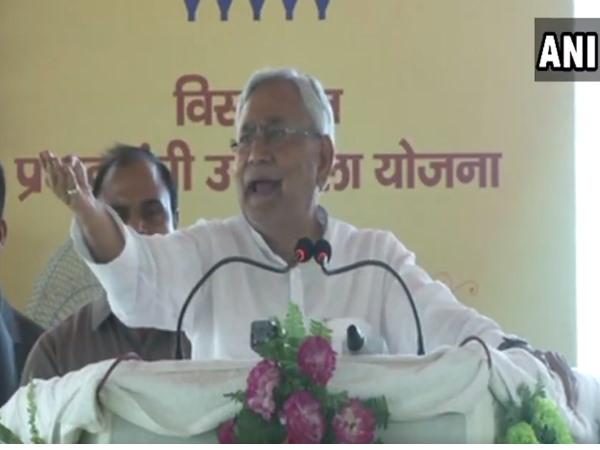 VIDEO: मंच पर भाषण के दौरान भड़के नीतीश कुमार, बोले- 'बिना ब्याह के ही रह जाओगे'