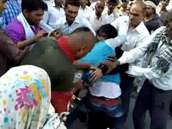 A love couple beaten by husband on highway in Agra
