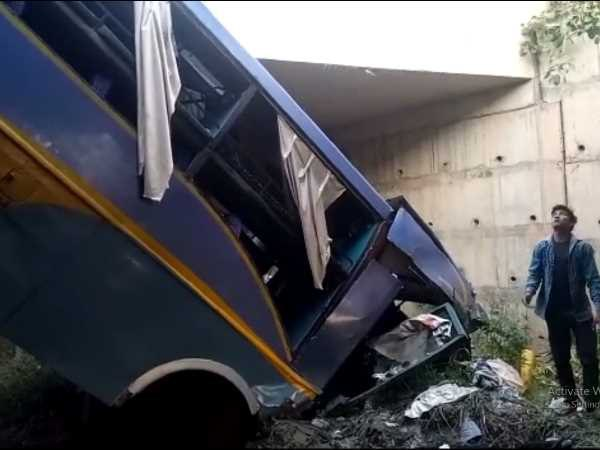 A bus collides with divider on yamuna expressway in mathura