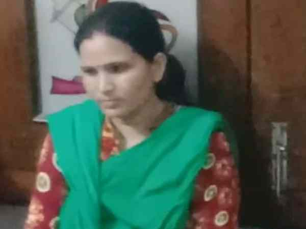 A con woman caught by public in meerut