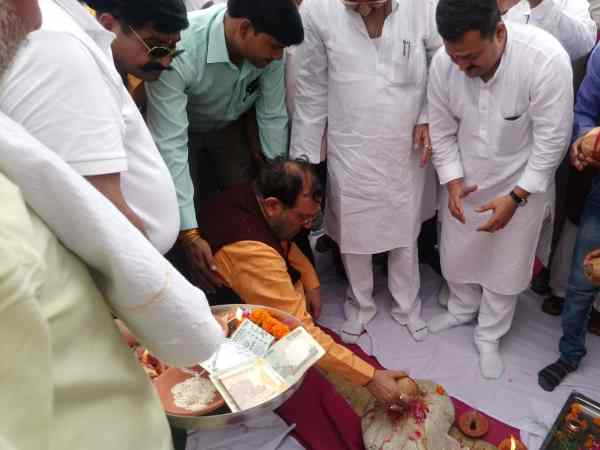 Minister of Yogi govt Suresh Khanna ill during bhoomi pujan in Shahjahanpur