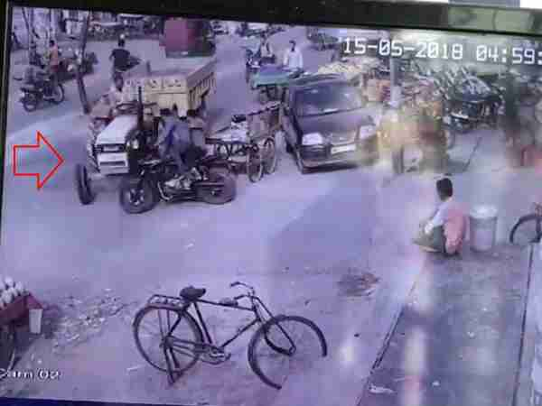 Tractor crushed youths तो Bike in Meerut