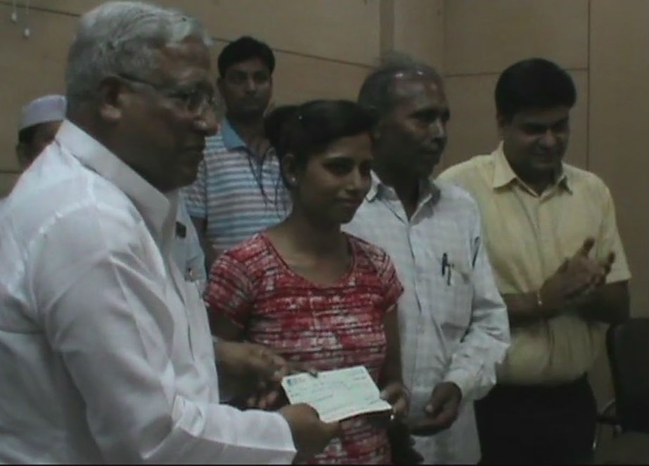 District Magistrate gave a cheque of Rs 4.5 lakh to Priya Singh, who had represent India in 50m rifle prone at ISSF in Germany