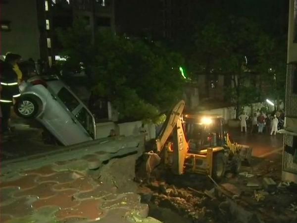 मुंबई: लगातार  बारिश के चलते इमारत की दीवार ढही, कई कारें क्षतिग्रस्त