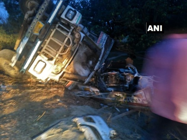 Unnao Five People Killed 2 Injured After Sand Laden Truck Turtle